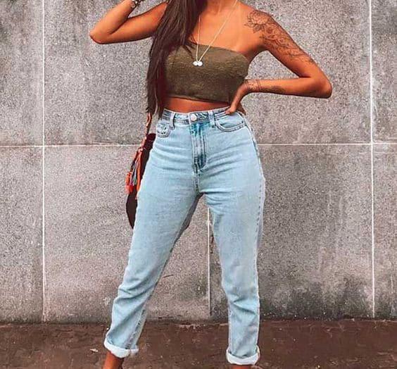 mulher usando calça jeans
